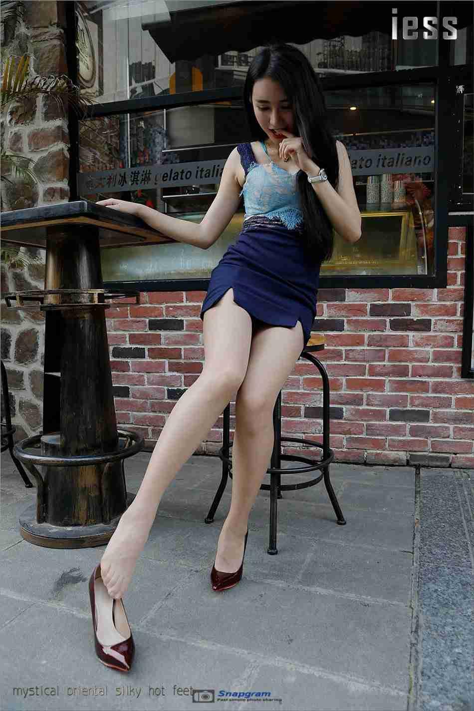 性感丝袜美腿女神酒红色高跟鞋外拍写真