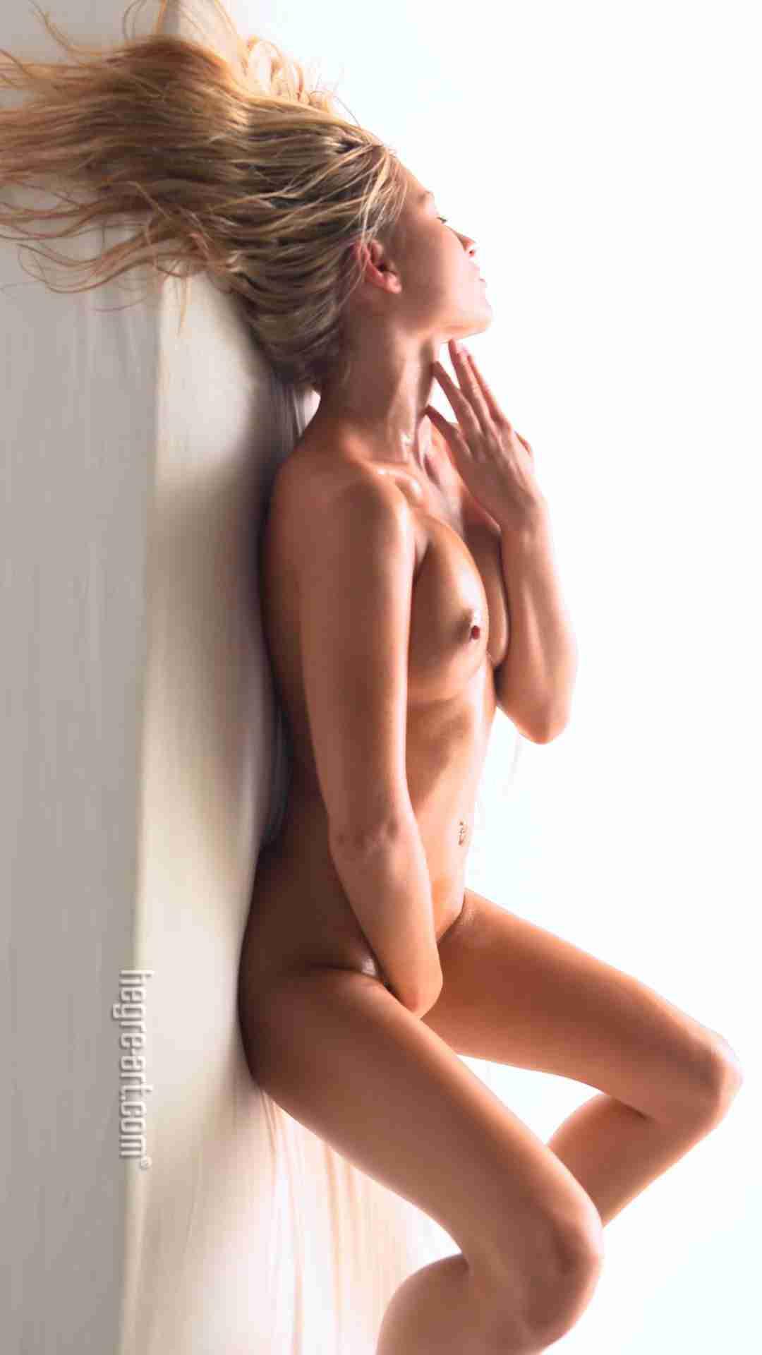 金发模特酮体美乳身材散发迷人气息弹性美乳衬托傲人身材
