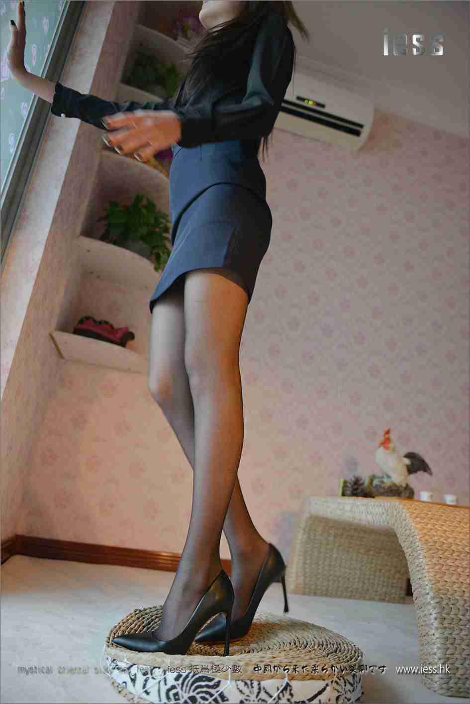 模特:黑丝白领妹妹潇潇室内美腿高跟鞋套图