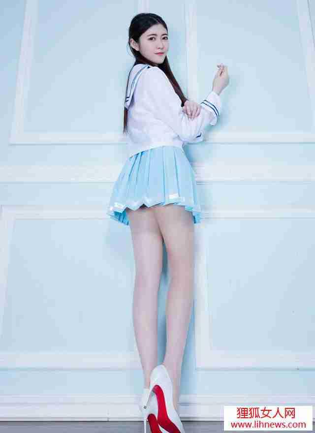 嫩模白丝美腿天然好身材性感撩腿写真图片