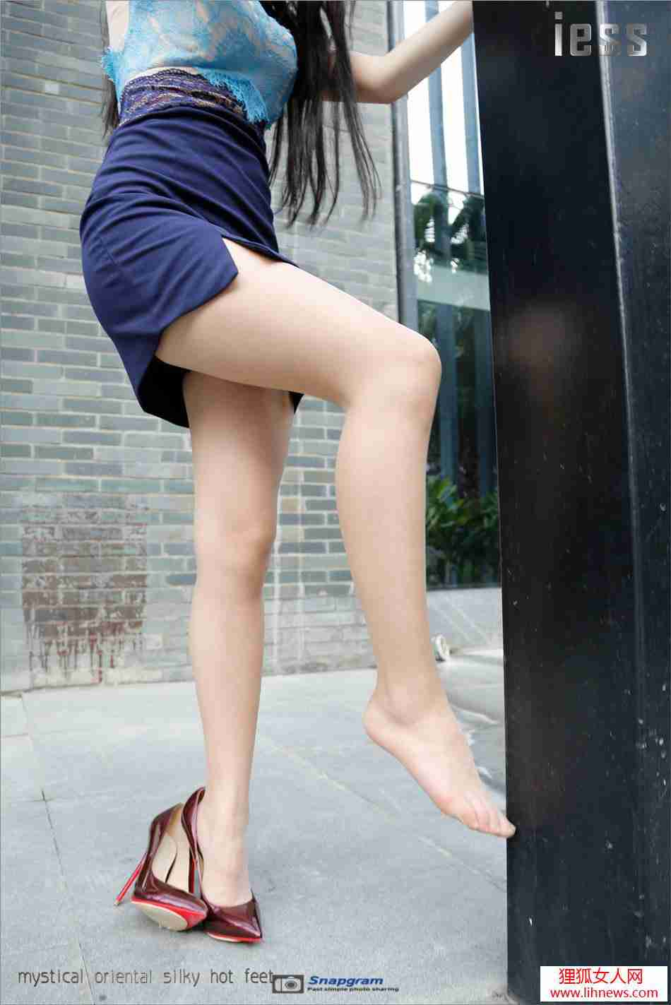 性感丝袜美腿女神酒红色高跟鞋外拍写真·