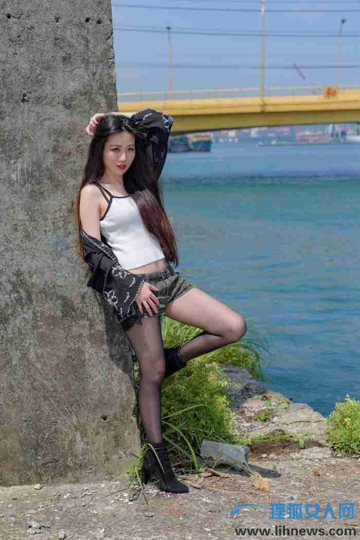 阳光下的热裤黑丝美女