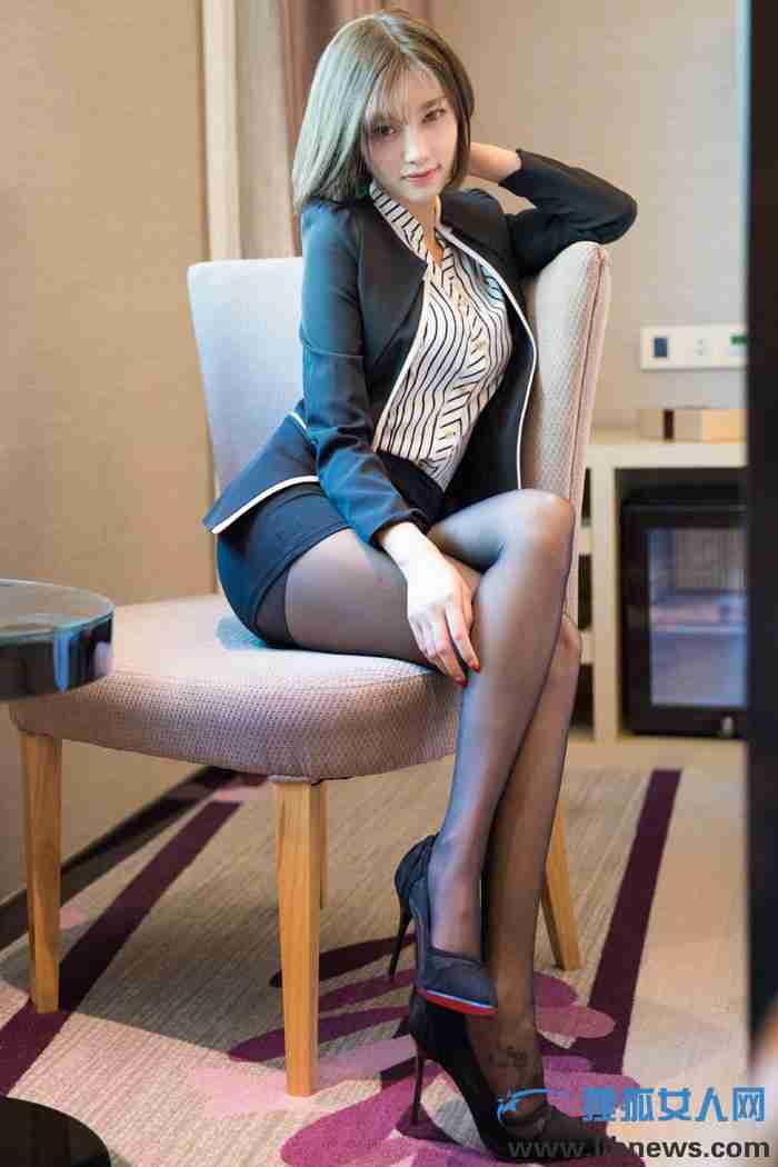 女神杨晨晨上演黑丝美腿制服诱惑