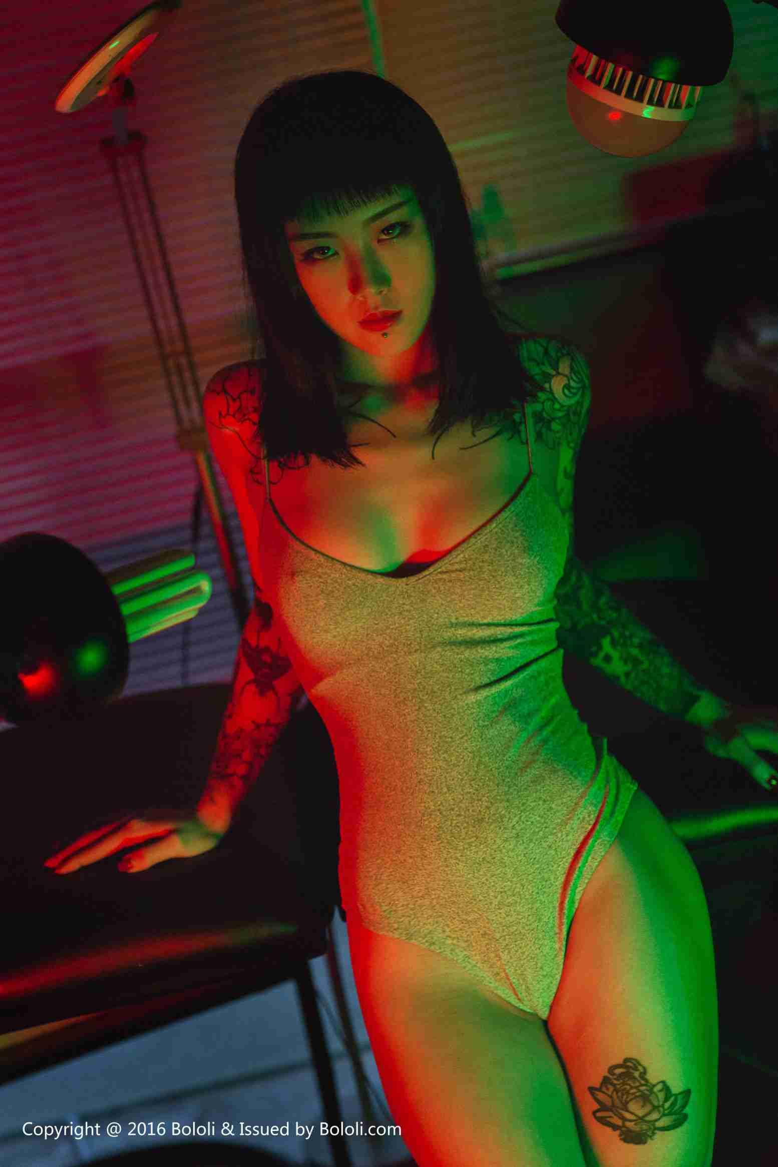 王思匀 - 纹身少女的风情 写真套图