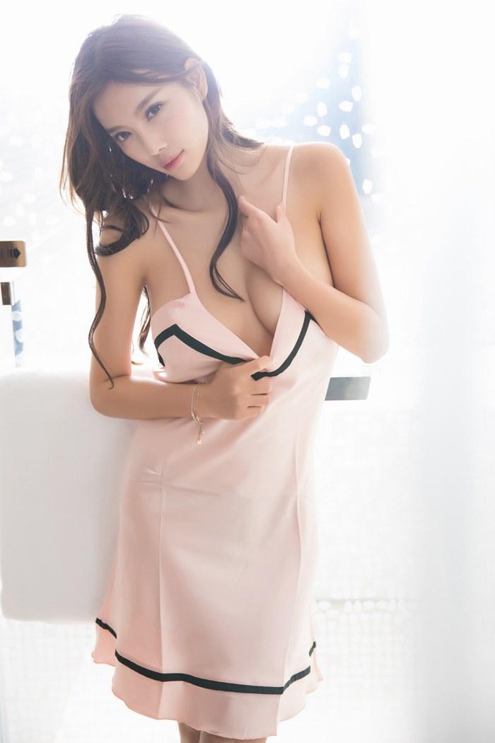 性感美眉睡衣秀胸