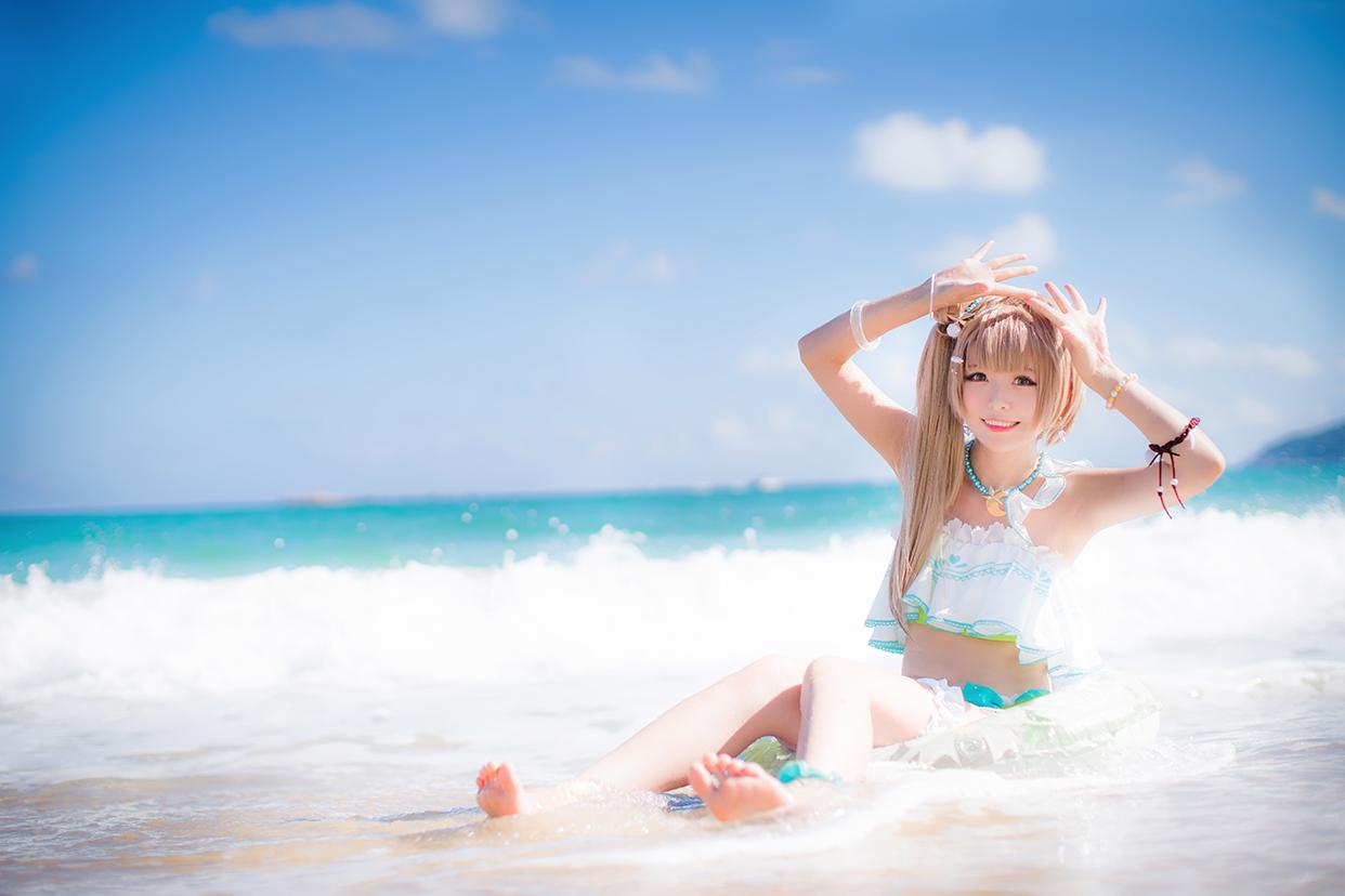 阳光沙滩蓝衣大胸骚女孩