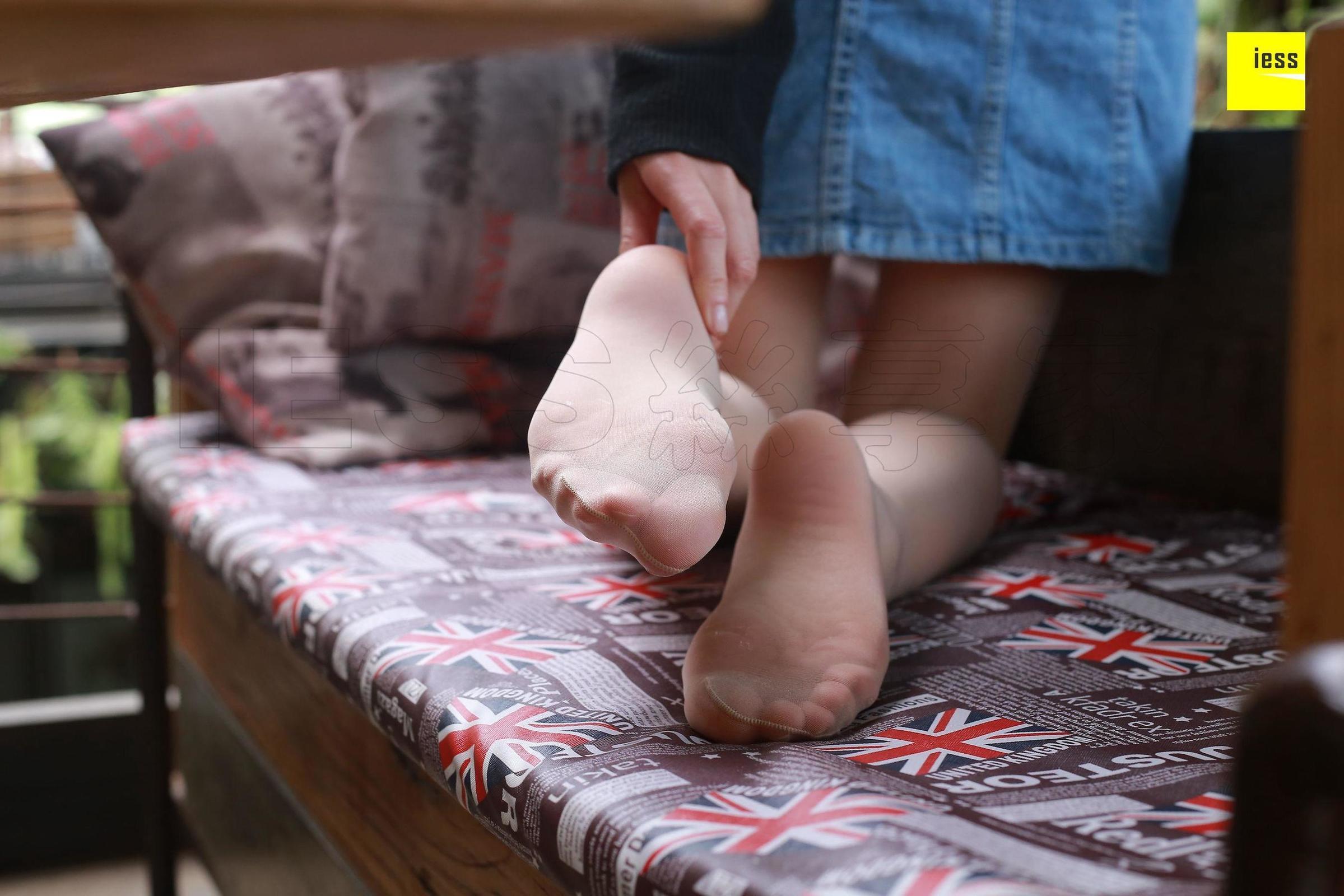老师的白色一字扣凉鞋