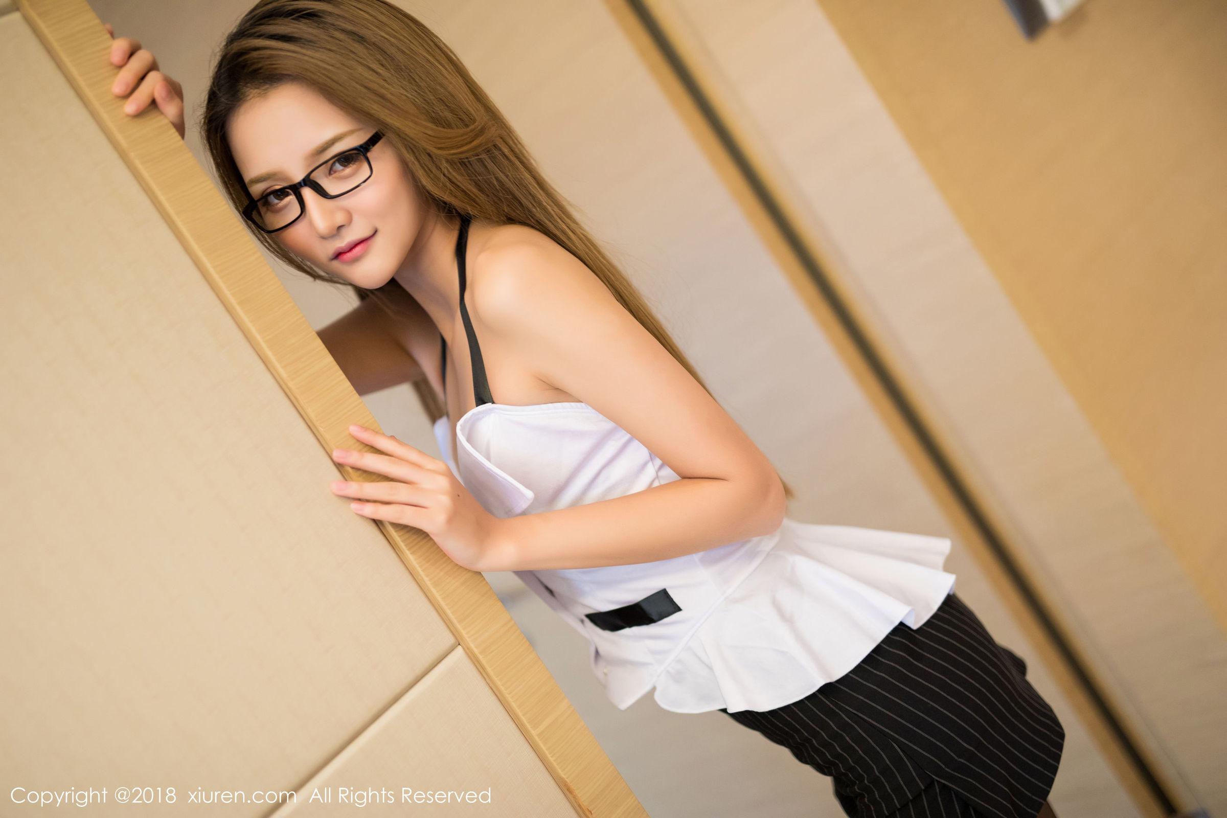 模特@Miko酱第三套黑丝美腿写真