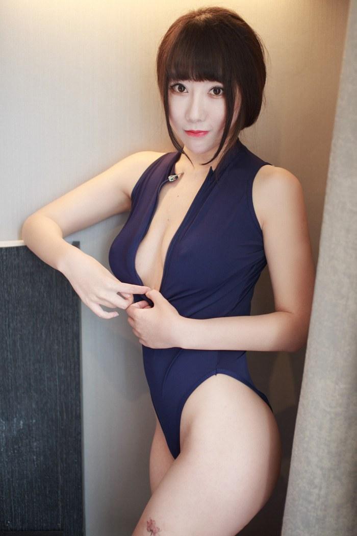 嫩模Sjinkang睡裙真空秀豪乳翘臀