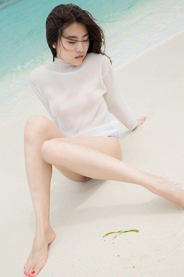 气质美女许诺海滩比基尼胸器逼人