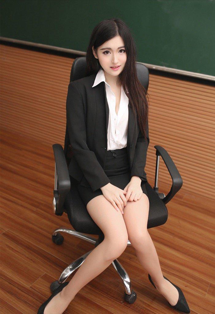 满足你对女老师的幻想 清纯人妻教室大胆露出