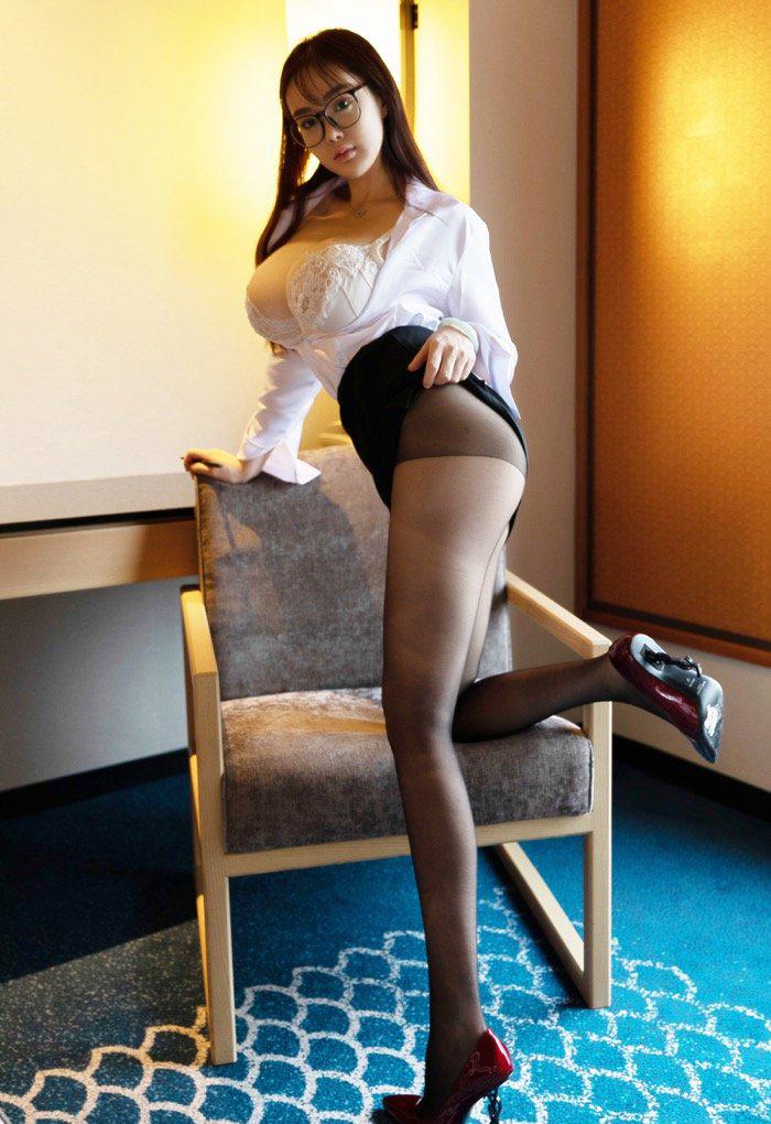 满足你对秘书的幻想 尤物易阳OL角色扮演丰满得令人窒息