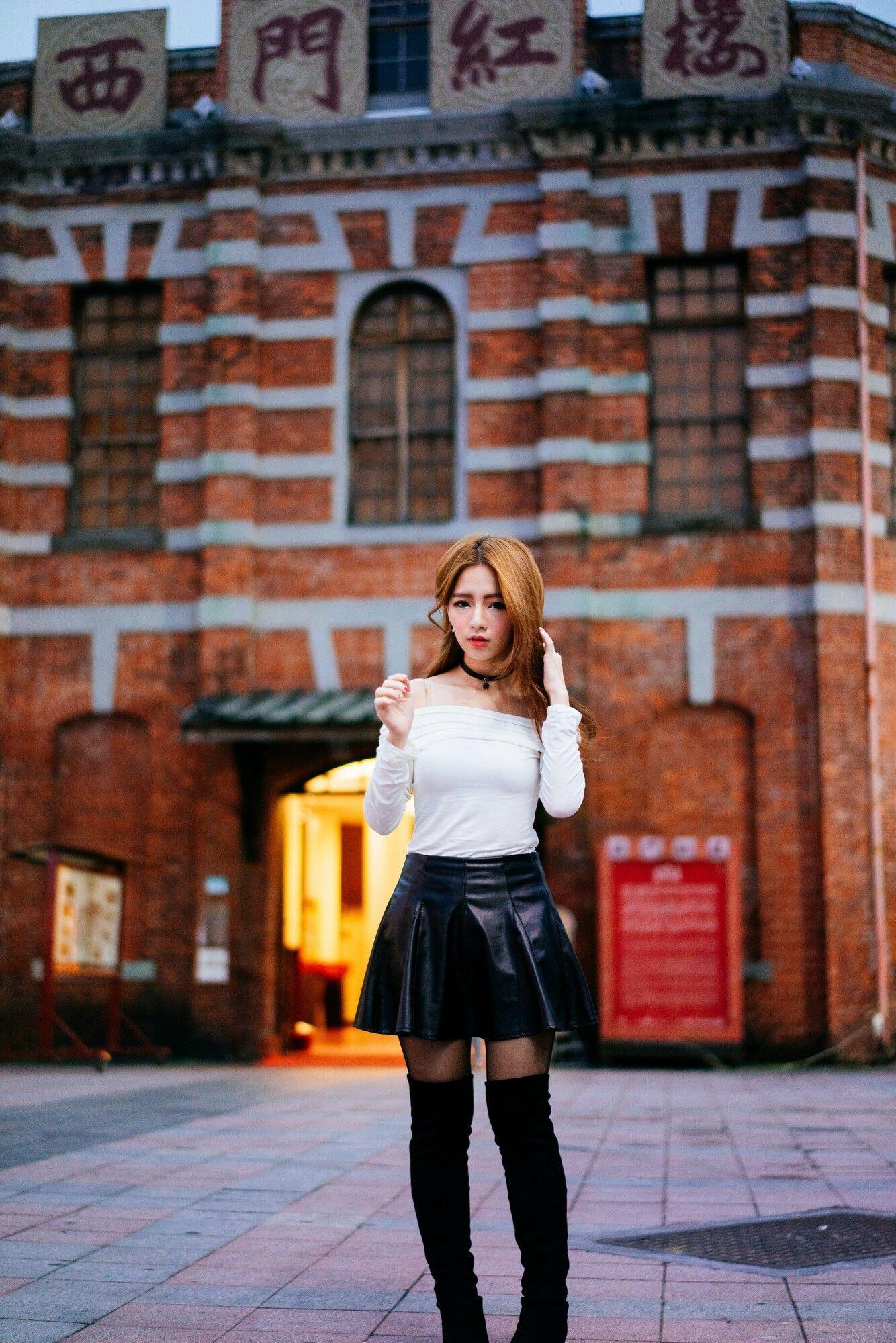 [台湾女神] 周盈欣Dora - 街拍长靴黑丝皮裙 写真图片