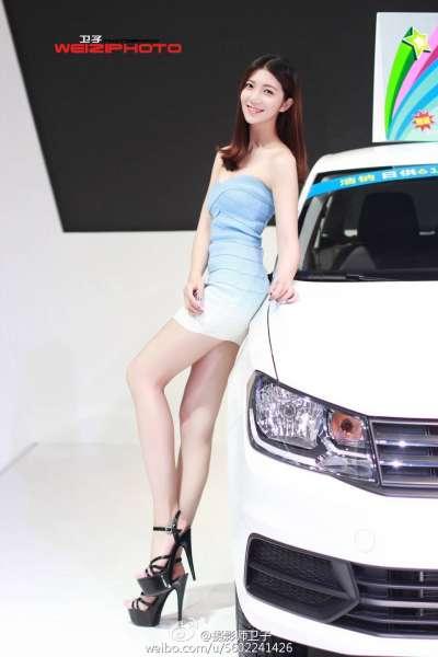 酷似郭碧婷的超短抹胸长腿车模