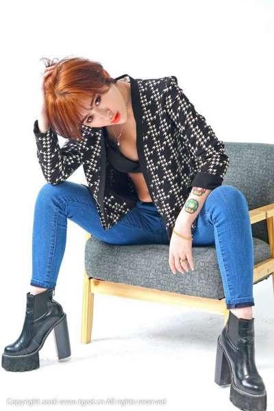 牛仔裤短发纹身美女内衣写真