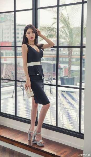 漂亮的好身材美女秘书