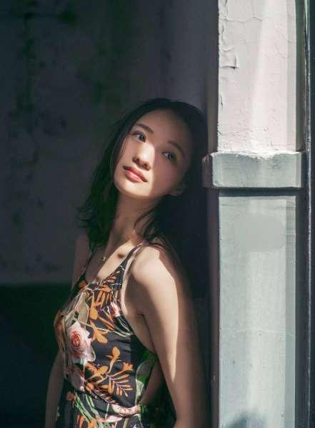 素颜美女少妇薄裙写真
